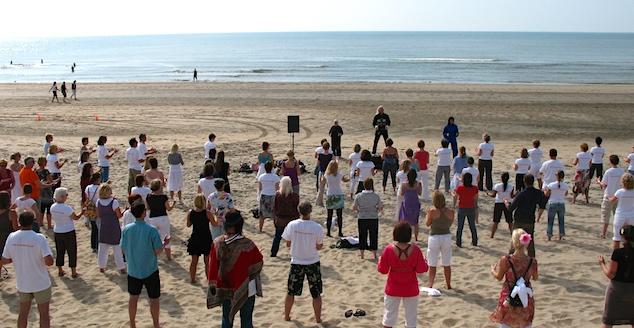 tai chi workshop voor grote groep op het strand
